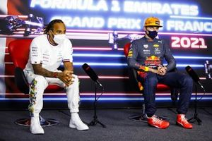 Le 2ᵉ, Lewis Hamilton, Mercedes et le vainqueur Max Verstappen, Red Bull Racing, en conférence de presse
