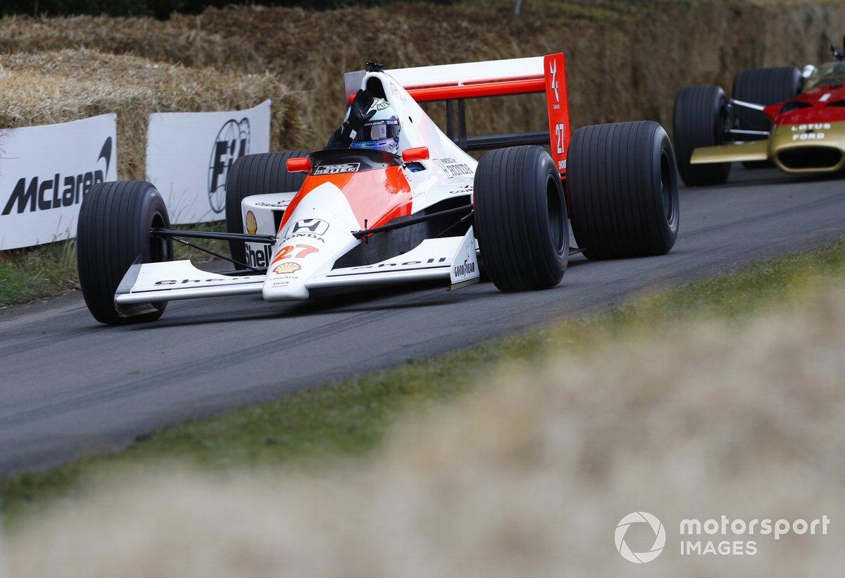 Daniel Ricciardo au volant de la McLaren-Honda MP4/5B (1990)