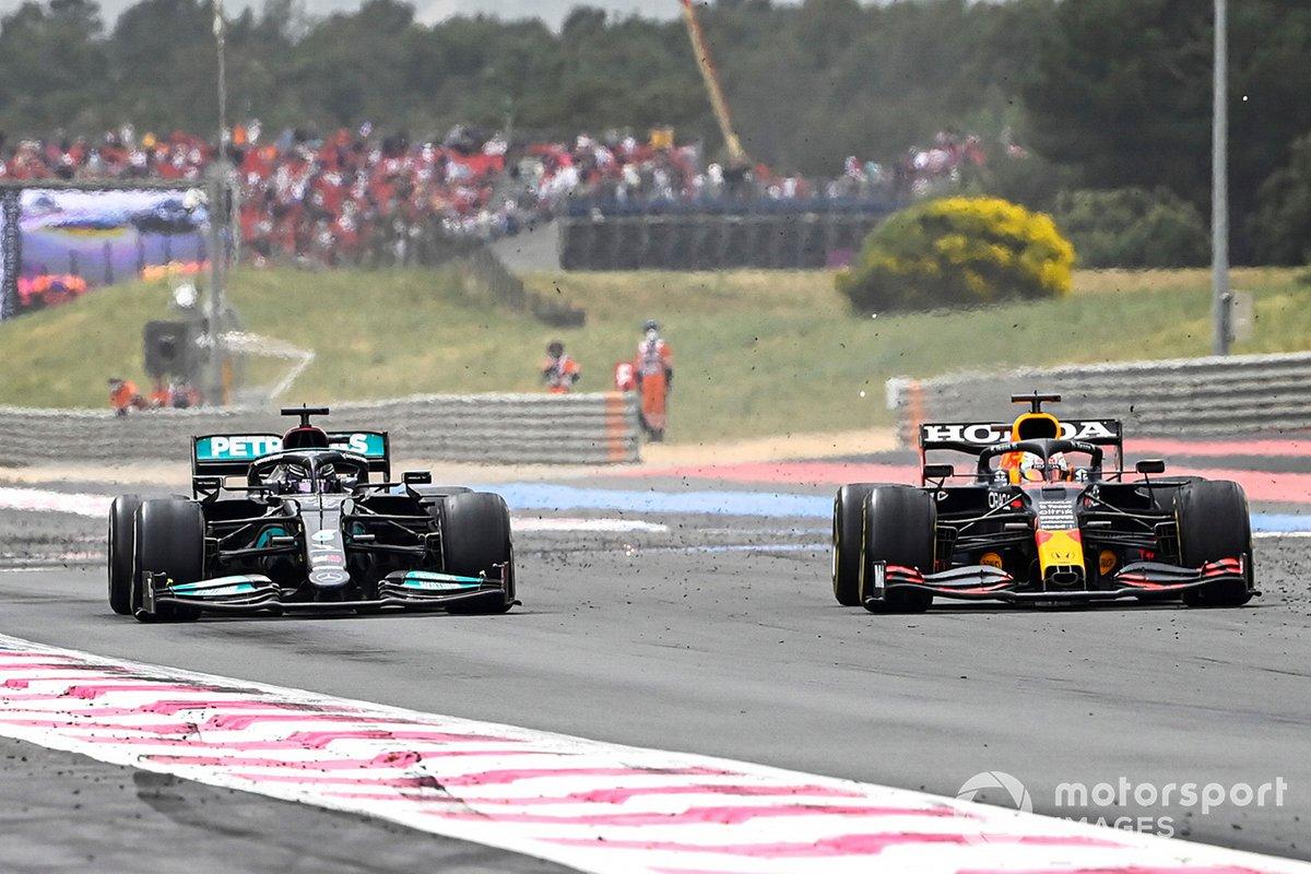 Max Verstappen, Red Bull Racing RB16B sorpassa Lewis Hamilton, Mercedes W12