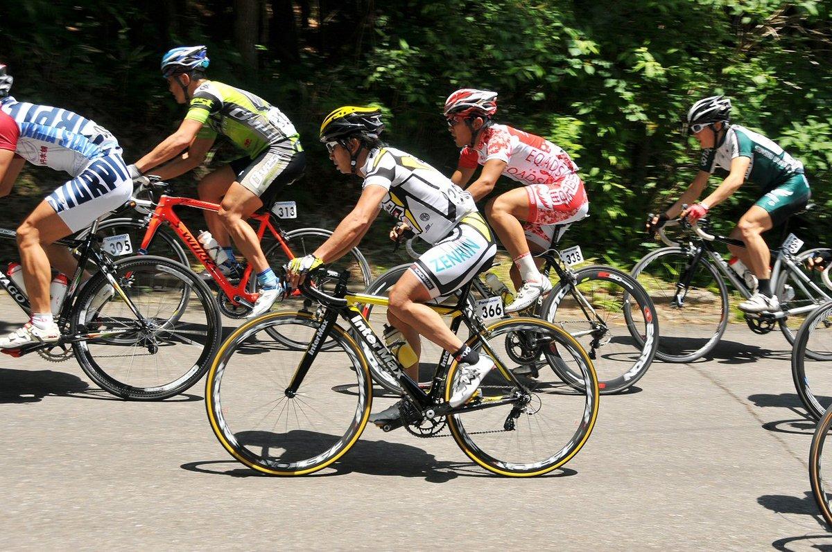 自ら自転車競技に出場する片山右京