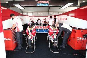L'atmosphère dans le garage Honda Team Asia