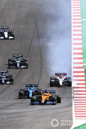 Daniel Ricciardo, McLaren MCL35M, Fernando Alonso, Alpine A521, mientras Kimi Raikkonen, Alfa Romeo Racing C41, se detiene con daños en el alerón delantero