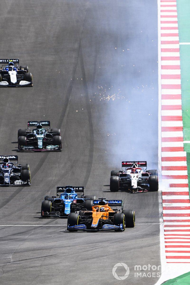 Daniel Ricciardo, McLaren MCL35M, Fernando Alonso, Alpine A521, mentre Kimi Raikkonen, Alfa Romeo Racing C41, si ferma con l'ala frontale danneggiata