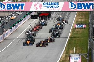Max Verstappen, Red Bull Racing RB16B, Lando Norris, McLaren MCL35M, Sergio Perez, Red Bull Racing RB16B, Lewis Hamilton, Mercedes W12, Valtteri Bottas, Mercedes W12, Pierre Gasly, AlphaTauri AT02, and the rest of the field at the start