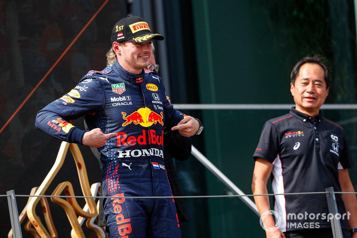 Podio: ganador Max Verstappen, Red Bull Racing y Toyoharu Tanabe, F1 Director técnico de Honda