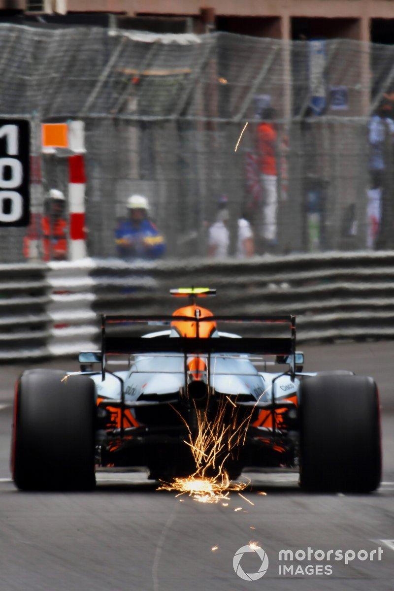 scintille dall'auto di Daniel Ricciardo, McLaren MCL35M