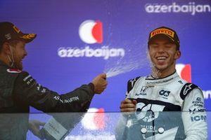 Sebastian Vettel, Aston Martin, 2° classificato, spruzza Pierre Gasly, AlphaTauri, 3° classificato, con lo Champagne sul podio