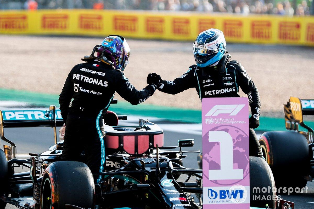Valtteri Bottas, Mercedes, si congratula con Lewis Hamilton, Mercedes, per la pole position