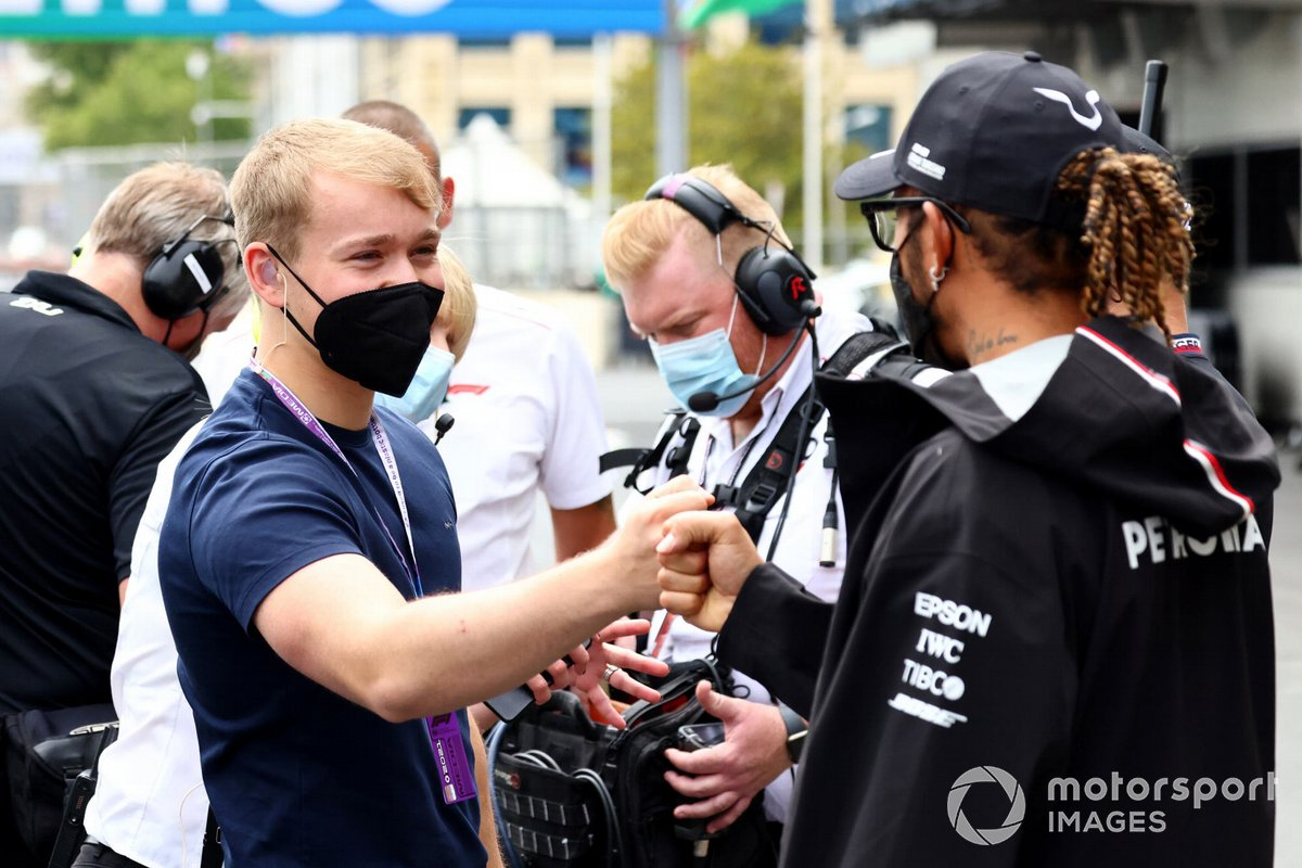 Billy Monger, presentatore televisivo, con Lewis Hamilton, Mercedes