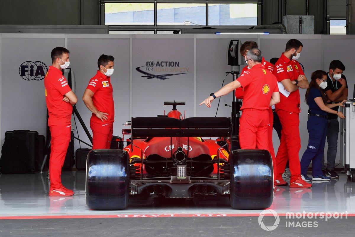 Mecánicos de Ferrari trabajando en sus coches