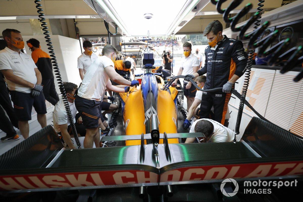 Los mecánicos trabajan en el coche de Lando Norris, McLaren MCL35M, en el garaje