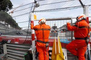 Marshals zien Lewis Hamilton, Mercedes W12, passeren