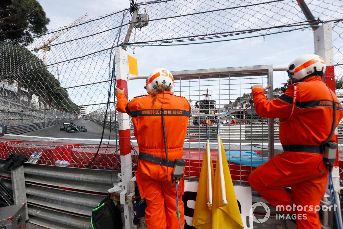 Oficiales de pista ven a Lewis Hamilton, Mercedes W12, pasar