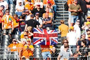 Een fan van Lewis Hamilton, Mercedes, op een tribune