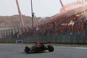 Max Verstappen, Red Bull Racing RB16B, 1ste positie, viert feest op weg naar Parc Ferme