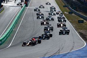 Max Verstappen, Red Bull Racing RB16B, Lewis Hamilton, Mercedes W12, Valtteri Bottas, Mercedes W12, Pierre Gasly, AlphaTauri AT02, Charles Leclerc, Ferrari SF21, and the rest of the field at the start