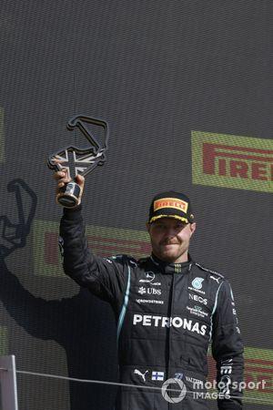 Valtteri Bottas, Mercedes, terzo classificato, con il trofeo