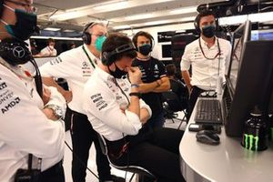 Toto Wolff, Team Principal and CEO, Mercedes AMG, and the Mercedes team applaud the efforts of Lewis Hamilton, Mercedes, 3rd position, from the garage