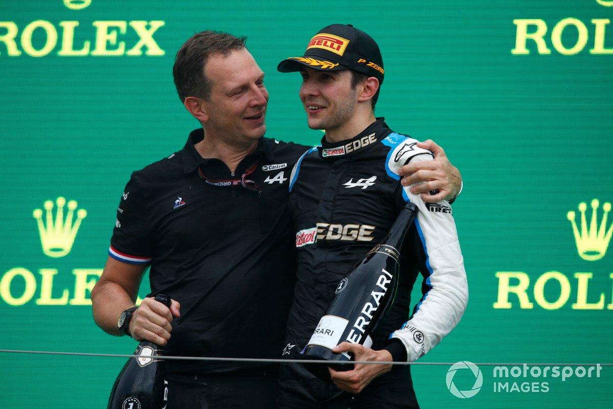 Laurent Rossi, CEO, Alpine F1, ed Esteban Ocon, Alpine F1, primo classificato, festeggiano sul podio