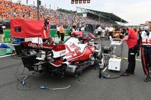 Alfa Romeo-monteurs op de grid met Kimi Raikkonen, Alfa Romeo Racing C41