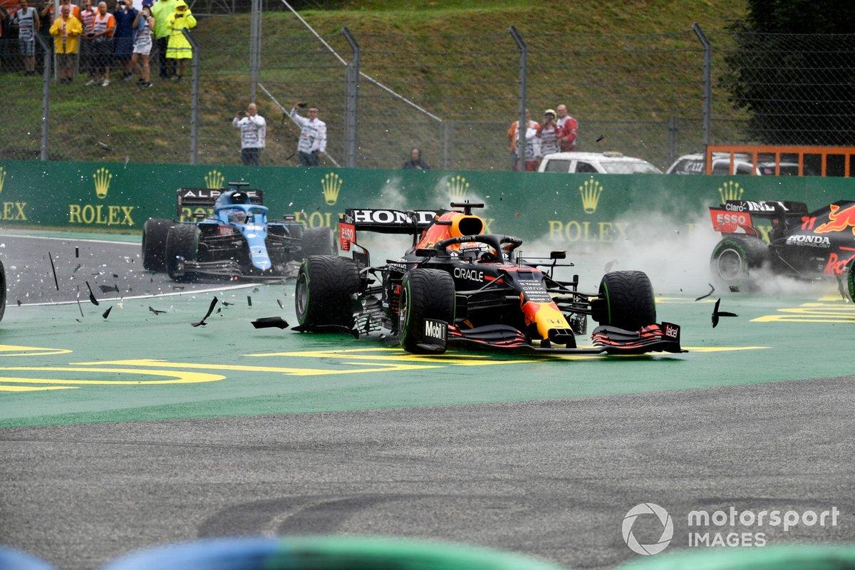 Lando Norris, McLaren MCL35M, Max Verstappen, Red Bull Racing RB16B, y Valtteri Bottas, Mercedes W12, chocan en la salida