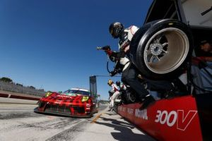 #9: Pfaff Motorsports Porsche 911 GT3R, GTD: Zacharie Robichon, Laurens Vanthoor, fait un arrêt