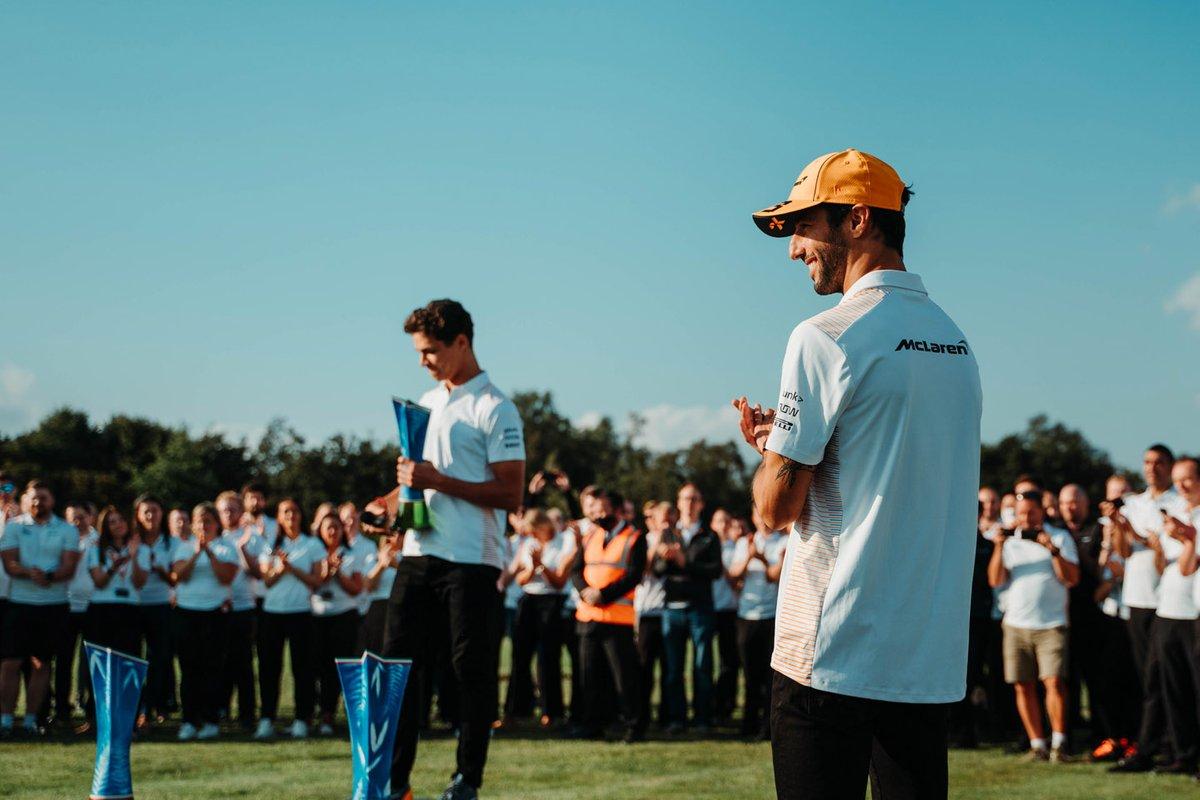Daniel Ricciardo, McLaren, Lando Norris, McLaren celebran con los miembros del equipo