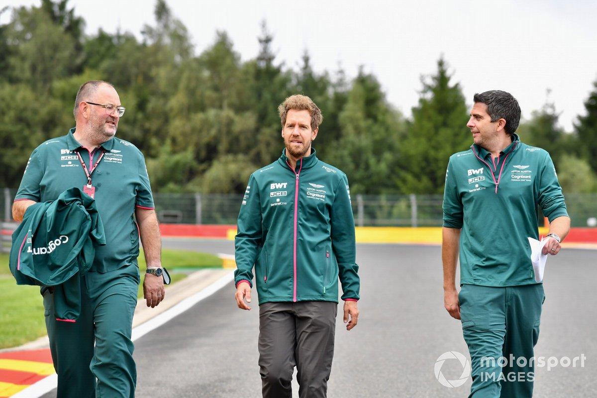 Sebastian Vettel, Aston Martin, recorre la pista con miembros de su equipo
