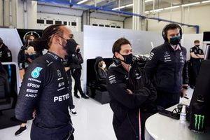 Lewis Hamilton, Mercedes, con Toto Wolff, Team Principal e CEO, Mercedes AMG,