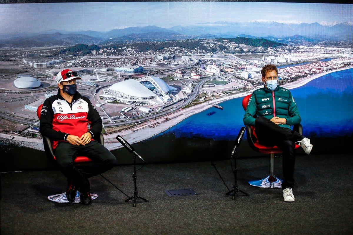 Kimi Raikkonen, Alfa Romeo Racing y Sebastian Vettel, Aston Martin en la rueda de prensa