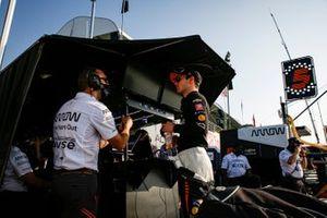 Patricio O'Ward, Arrow McLaren SP Chevrolet con los ingenieros