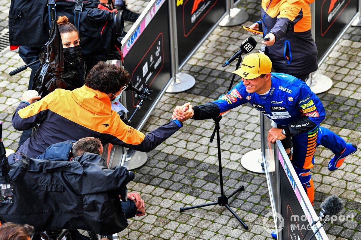 Daniel Ricciardo, McLaren, saluta il suo compagno di squadra Lando Norris, McLaren