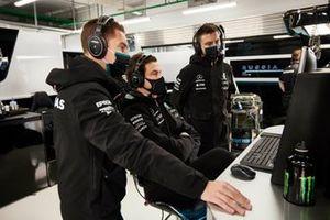 Toto Wolff, Team Principal et PDG, Mercedes AMG, dans le garage avec des membres de son équipe