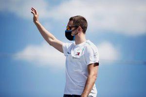 Stoffel Vandoorne, Mercedes-Benz EQ, waves to fans