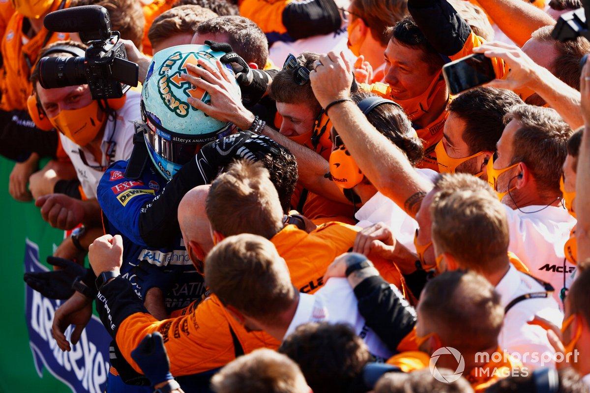 Ganador Daniel Ricciardo, McLaren, celebra con su equipo en el Parc Ferme
