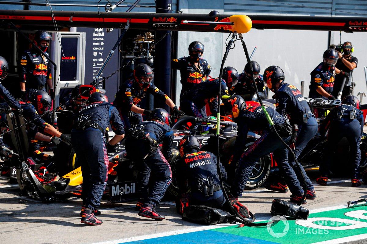 Sergio Pérez, Red Bull Racing RB16B, hace una parada en pits