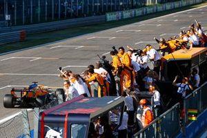 The McLren team cheer Daniel Ricciardo, McLaren MCL35M, 1st position, over the line