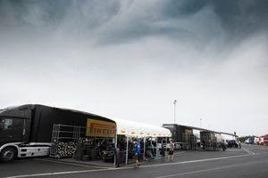 Pirelli-Reifenlager im Fahrerlager