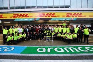 Valtteri Bottas, Mercedes, Lewis Hamilton, Mercedes, 1e positie, en het Mercedes team vieren de overwinning