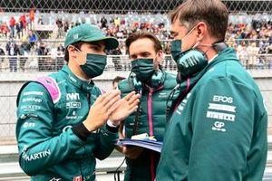 Lance Stroll, Aston Martin, op de grid met zijn ingenieurs
