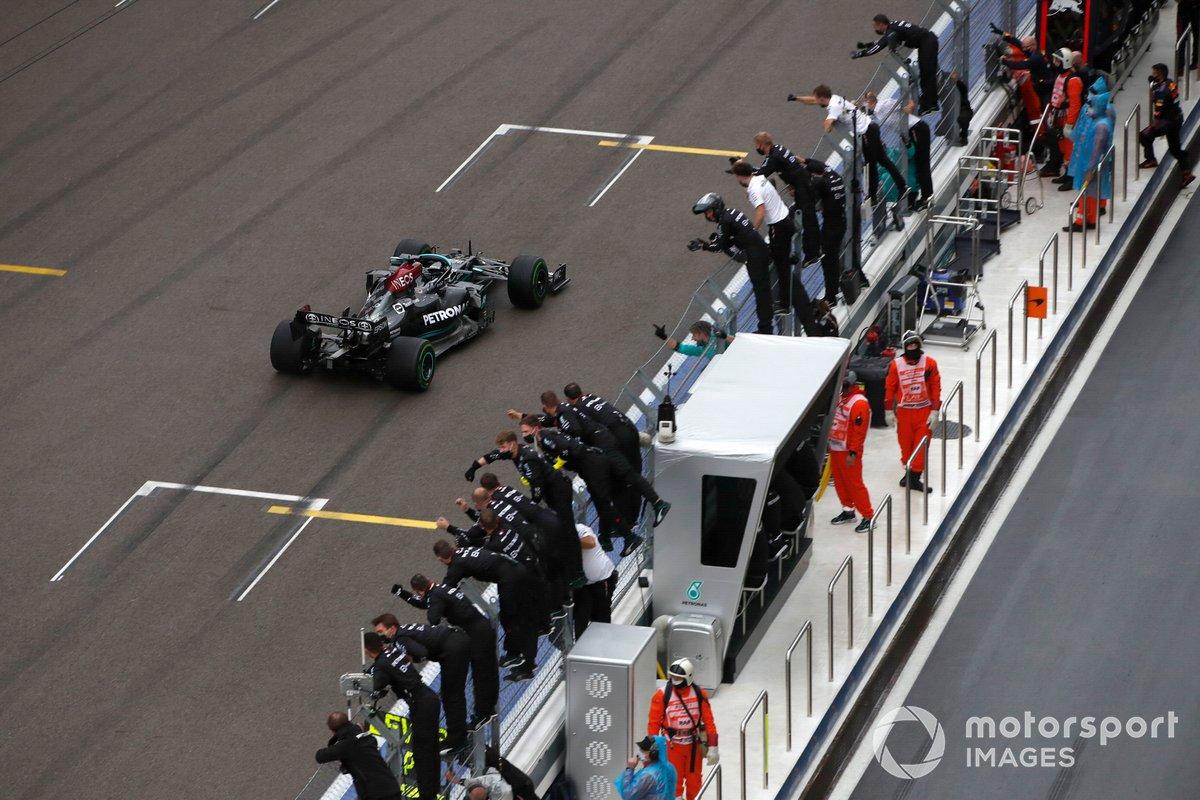 Lewis Hamilton, Mercedes W12, 1ª posición, se lleva la victoria para alegría de. su equipo en el muro de boxes