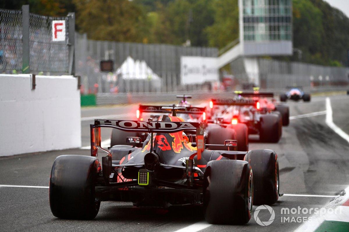 Max Verstappen, Red Bull Racing RB16B, en la salida de los pits
