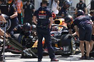 Max Verstappen, Red Bull Racing RB16B, in de pits