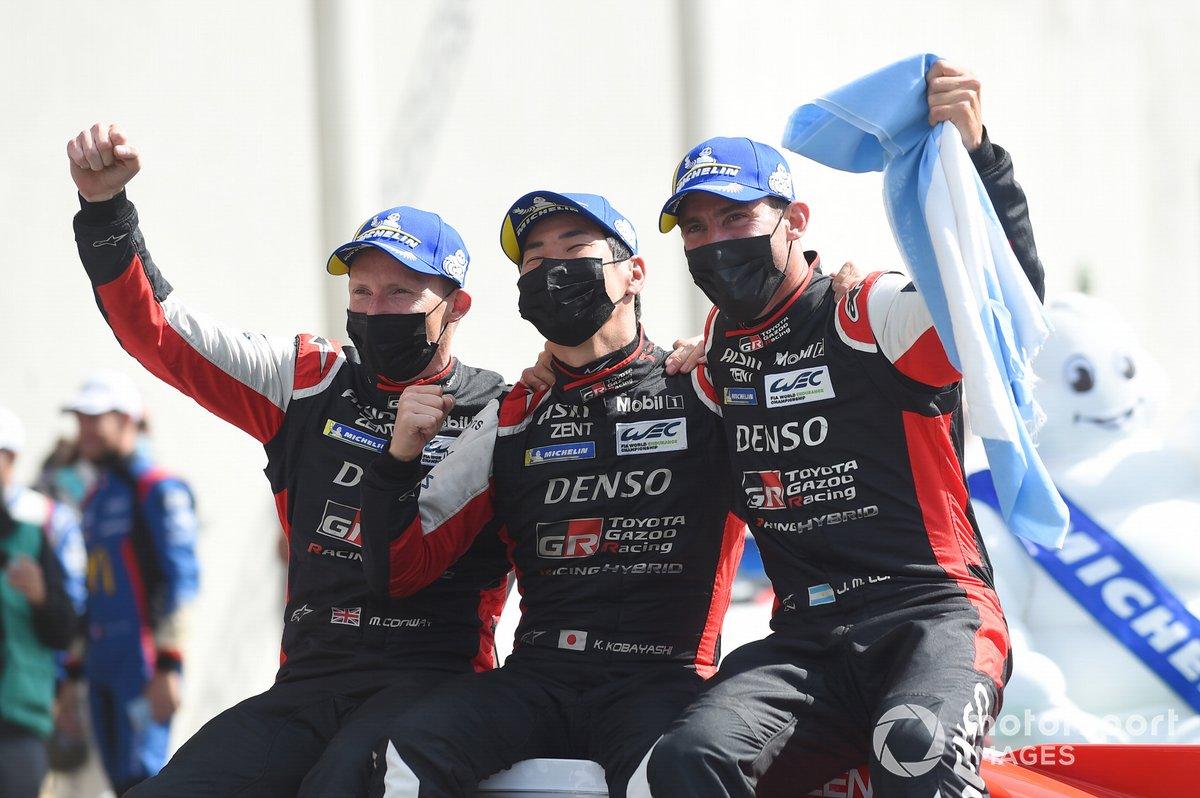 Ganadores Mike Conway, Kamui Kobayashi, José María López, #7 Toyota Gazoo Racing Toyota GR010 - Hybrid Hypercar celebran