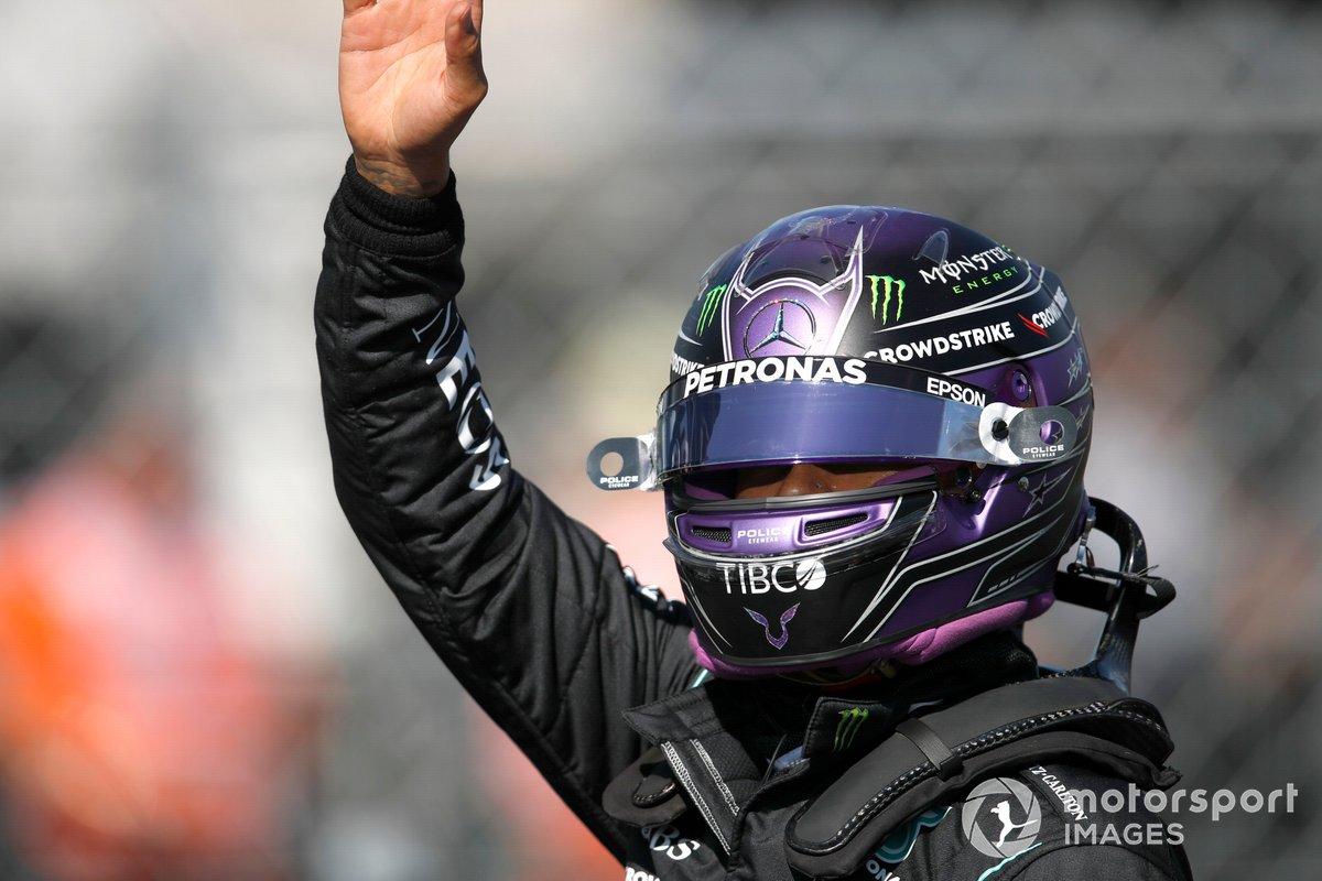 Ganador de la pole Lewis Hamilton, de Mercedes, da un pulgar arriba desde el Parc Ferme tras la clasificación