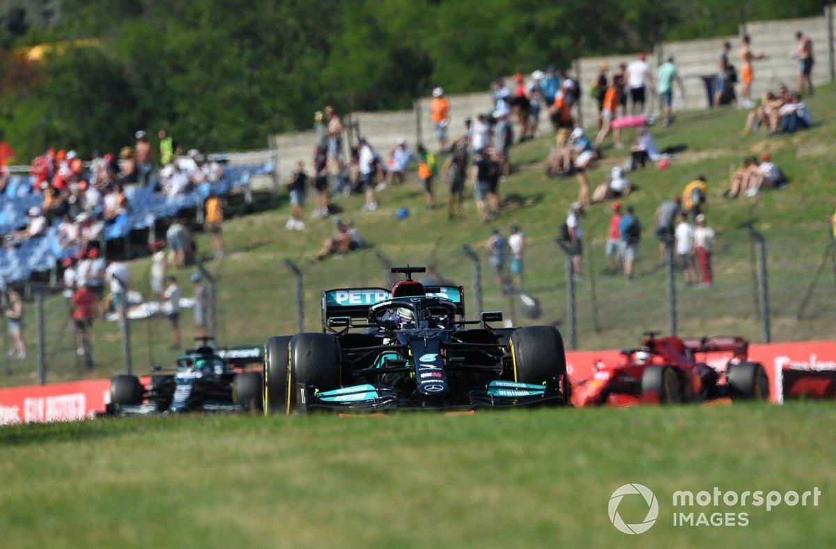Lewis Hamilton, Mercedes W12, Lance Stroll, Aston Martin AMR21, y Charles Leclerc, Ferrari SF21