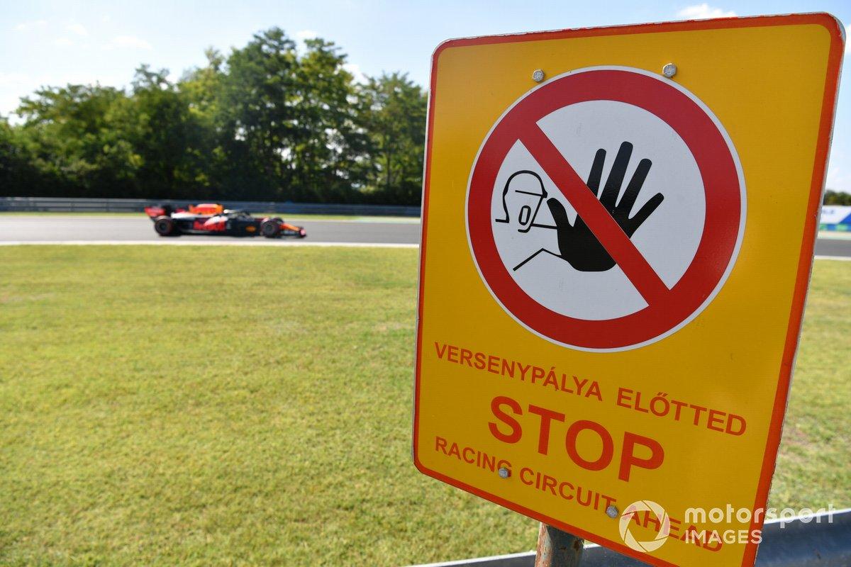 Max Verstappen, Red Bull Racing RB16B, pasa por una señal al lado de la pista