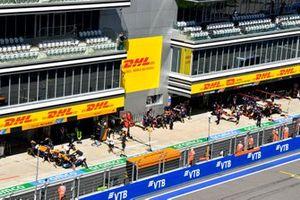 Daniel Ricciardo, McLaren MCL35M, wordt teruggebracht naar de garage