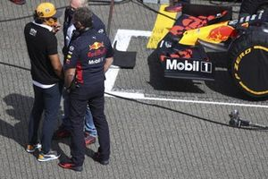 Carlos Sainz Jr., McLaren, on the grid with Helmut Marko, Consultant, Red Bull Racing, and Christian Horner, Team Principal, Red Bull Racing