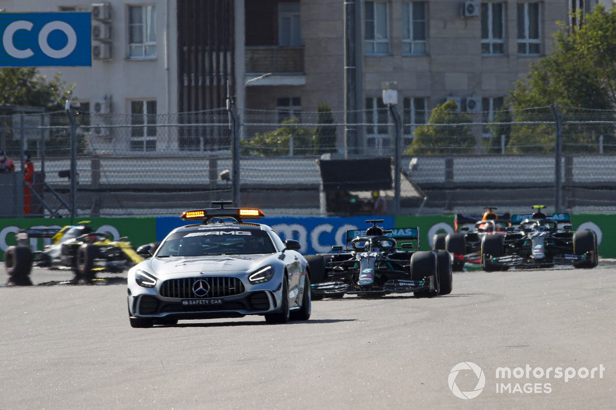 El Safety Car al frente de Lewis Hamilton, Mercedes F1 W11, Valtteri Bottas, Mercedes F1 W11, Max Verstappen, Red Bull Racing RB16, Esteban Ocon, Renault F1 Team R.S.20